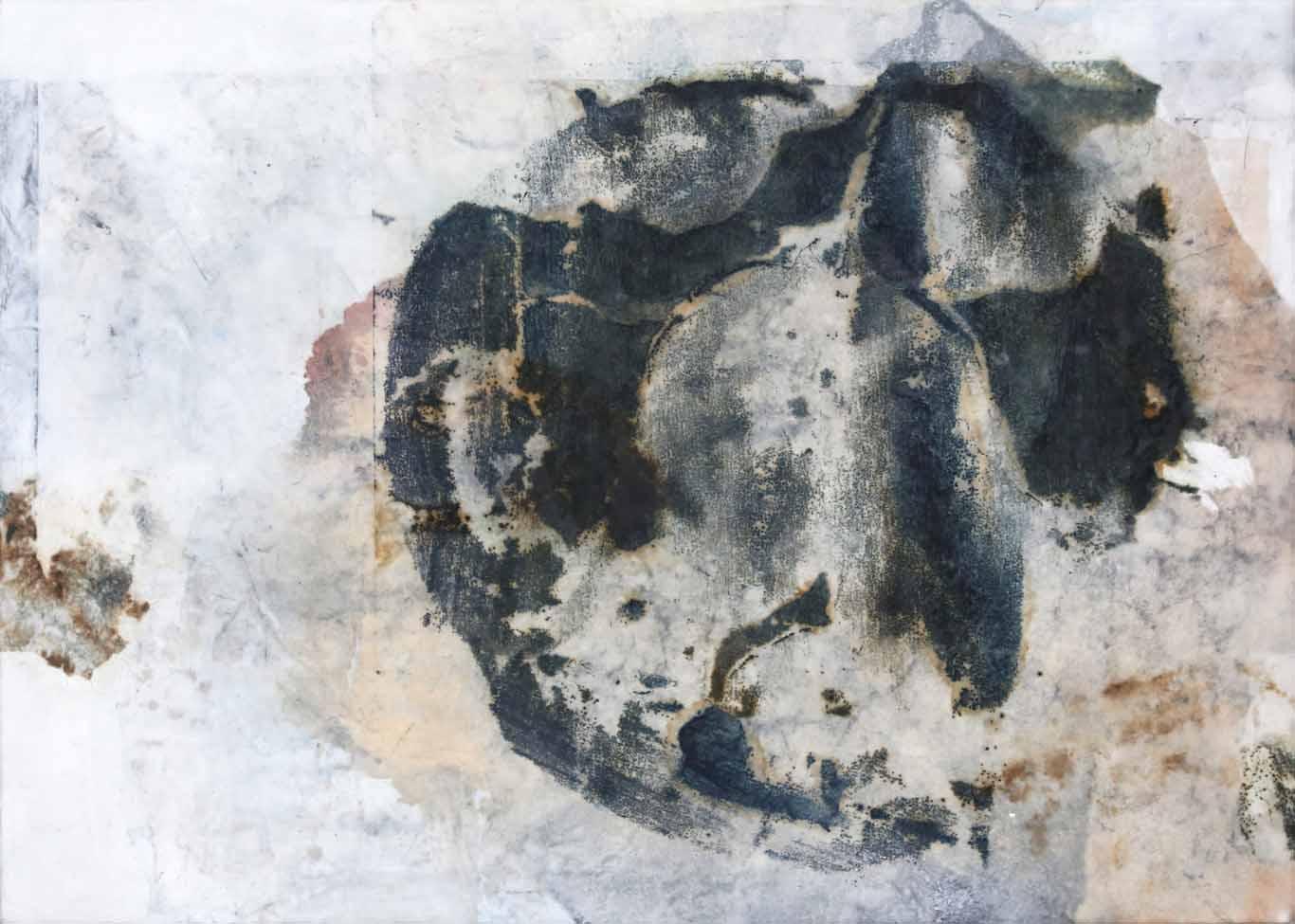 Abstrakte Collage aus Chinapapier unter Wachs in Grau-, Blau- und Sandtönen im mittleren Format